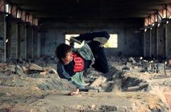 Danza de rotura del baile del adolescente en los ladrillos viejos Imágenes de archivo libres de regalías