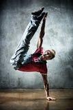 Danza de rotura del hombre joven Fotografía de archivo