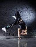 Danza de rotura joven del hombre fuerte Imagen de archivo libre de regalías