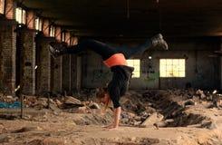 Danza de rotura rubia del baile de la muchacha en los ladrillos viejos Fotos de archivo libres de regalías