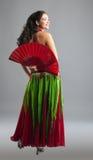 Danza de vientre de la mujer joven con el ventilador Imagen de archivo
