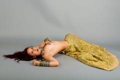 Danza de vientre hermosa de la muchacha fotos de archivo