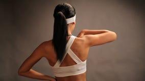 Danza del ajuste de la chica joven del deporte, bailarín aerobio moderno almacen de metraje de vídeo