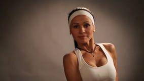 Danza del ajuste de la chica joven del deporte, bailarín aerobio moderno almacen de video