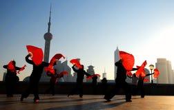 Danza del chino tradicional con las fans Imagen de archivo libre de regalías