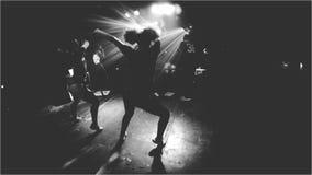 Danza del club de noche - blanco y negro imágenes de archivo libres de regalías