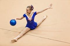 Danza del control de bola de la muchacha de la gimnasia rítmica Imagenes de archivo