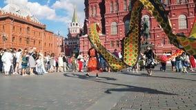Danza del dragón en el centro de Moscú almacen de metraje de vídeo