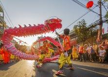 Danza del dragón en el festival lunar del Año Nuevo de Tet, Vietnam Fotos de archivo libres de regalías