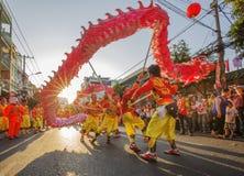 Danza del dragón en el festival lunar del Año Nuevo de Tet, Vietnam Imagenes de archivo