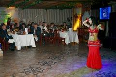 Danza del Este hermosa danza egipcia nacional Tanura Fotos de archivo libres de regalías
