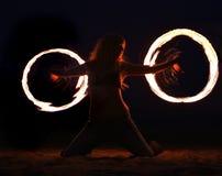 Danza del fuego en la playa en la noche Foto de archivo libre de regalías