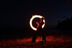 Danza del fuego a lo largo de la playa en la obscuridad Imagenes de archivo