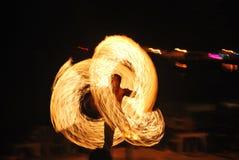 Danza del fuego a lo largo de la playa en la obscuridad imagen de archivo