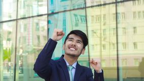Danza del ganador del hombre de negocios asiático metrajes