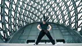 Danza del hombre en máscara en ciudad almacen de metraje de vídeo