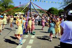 Danza del Maypole del pueblo, Derbyshire, Reino Unido imágenes de archivo libres de regalías