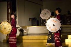 Danza del paraguas de Myanmar Imágenes de archivo libres de regalías