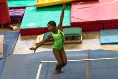 Danza del piso de la muchacha de la gimnasia Foto de archivo