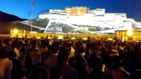 Danza delante del palacio Potala en la noche metrajes