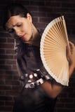 Danza dramática del flamenco con la fan de la mano Fotos de archivo libres de regalías