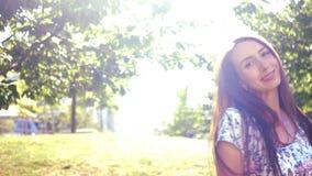 Danza el día soleado - muchacha linda joven que disfruta del verano almacen de video