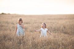 Danza emocional de dos muchachas de las hermanas en la puesta del sol fotografía de archivo libre de regalías