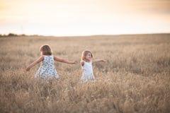 Danza emocional de dos muchachas de las hermanas en la puesta del sol fotos de archivo