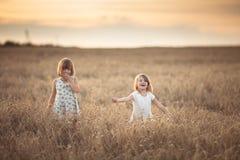 Danza emocional de dos muchachas de las hermanas en la puesta del sol fotografía de archivo