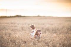 Danza emocional de dos muchachas de las hermanas en la puesta del sol imágenes de archivo libres de regalías