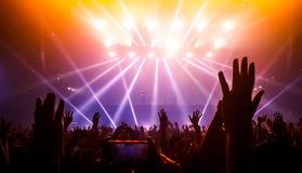 Danza feliz de la gente en concierto del partido del club nocturno foto de archivo