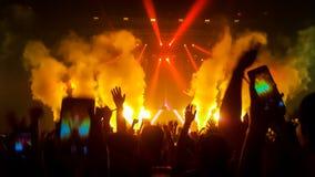 Danza feliz de la gente en concierto del partido del club nocturno Fotos de archivo libres de regalías