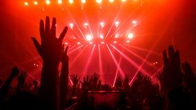 Danza feliz de la gente en concierto del partido del club nocturno Imagen de archivo libre de regalías