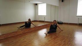 Danza femenina del entrenamiento del bailar?n mientras que ensaya en estudio de la danza fotografía de archivo libre de regalías