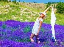 Danza femenina en campo floral Fotografía de archivo