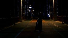 Danza hermosa con el poi llevado de los artistas hombre y mujer del circo en el puente vac?o almacen de video