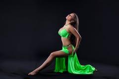Danza hermosa de la chica joven en traje árabe verde Fotos de archivo libres de regalías