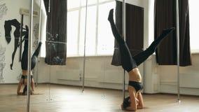 Danza hermosa de poste de la chica joven en vídeo de la cantidad de la acción del estudio metrajes