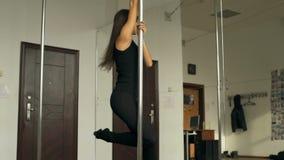 Danza hermosa de poste de la chica joven en vídeo de la cantidad de la acción del estudio almacen de video
