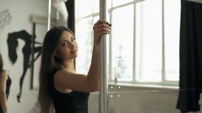 Danza hermosa de poste de la chica joven en vídeo de la cantidad de la acción del estudio almacen de metraje de vídeo