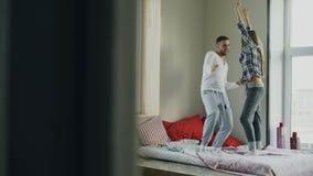 Danza hermosa y cariñosa joven del rocknroll del baile de los pares en cama por la mañana en casa fotografía de archivo