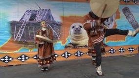 Danza incendiaria de habitantes indígenas de Kamchatka con pandereta metrajes