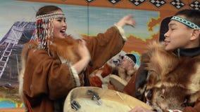 Danza incendiaria de habitantes indígenas de Kamchatka con pandereta almacen de metraje de vídeo
