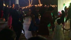 Danza india de la gente en el banquete de boda católico almacen de metraje de vídeo