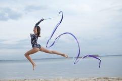 Danza joven de la muchacha del gimnasta con la cinta Fotografía de archivo