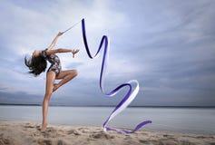 Danza joven de la muchacha del gimnasta con la cinta Fotos de archivo