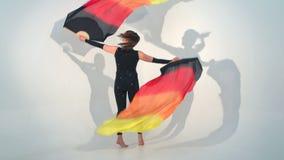 Danza joven hermosa del acróbata en la cámara lenta