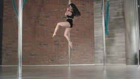 Danza 4K del polo del entrenamiento de la chica joven almacen de video