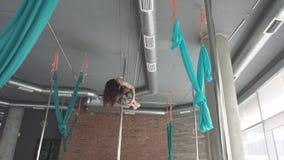 Danza 4K del polo del entrenamiento de la chica joven metrajes