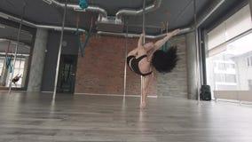 Danza 4K del polo del entrenamiento de la chica joven almacen de metraje de vídeo